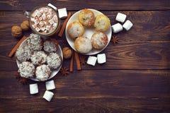 Питье зимы и домодельные торты с специями и shavings кокоса Стоковая Фотография RF
