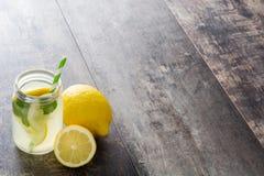 Питье лимонада в стекле опарника стоковое изображение