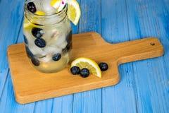 Питье лимонада с голубиками Стоковая Фотография