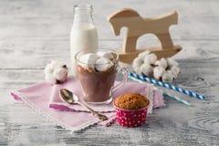 Питье какао в кружке и старая лошадь забавляются Стоковые Фото