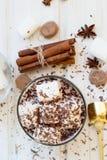 Питье какао с marshmellows Стоковое Фото