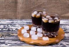 Питье кока-колы дальше Стоковые Изображения