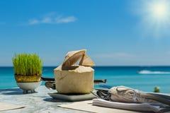 Питье кокоса на таблице Стоковое Изображение RF