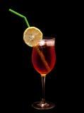 Питье коктеила изолированное над белизной стоковое фото rf