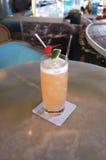 питье коктеила Стоковые Фото