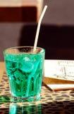 питье коктеила стоковые изображения