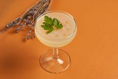 Питье коктеиля Petrucho на таблице бара в ресторане Стоковая Фотография RF