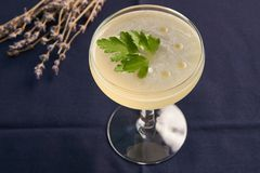 Питье коктеиля Petrucho на таблице бара в ресторане Стоковое Фото