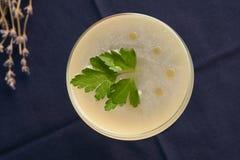 Питье коктеиля Petrucho на таблице бара в ресторане Стоковая Фотография