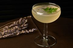 Питье коктеиля Petrucho на таблице бара в ресторане Стоковое фото RF