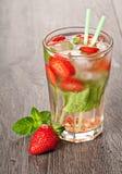 Питье коктеиля лета mojito клубники Стоковые Фотографии RF