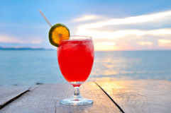 Питье коктеиля на деревянной таблице Стоковое Изображение