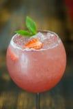 Питье коктеиля на таблице Стоковые Изображения RF