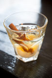 Питье коктеиля на таблице Стоковые Изображения