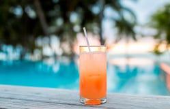 Питье коктеиля на тропическом пляже Стоковые Фото