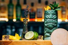 Питье коктеиля освежения спиртное экзотическое на баре или пабе Стоковая Фотография RF