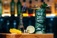 Питье коктеиля освежения спиртное экзотическое на баре или пабе Стоковое Изображение RF