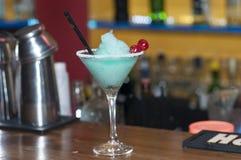 Питье коктеиля стоковые изображения rf