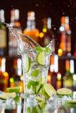 Питье коктеиля Mojito на счетчике бара Стоковые Изображения