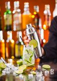 Питье коктеиля Mojito на счетчике бара Стоковые Изображения RF