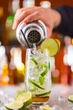 Питье коктеиля Mojito на счетчике бара Стоковые Фотографии RF