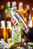 Питье коктеиля Mojito на счетчике бара Стоковое фото RF