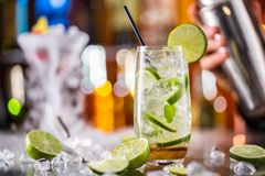 Питье коктеиля Mojito на счетчике бара Стоковые Фото