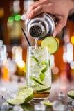 Питье коктеиля Mojito на счетчике бара Стоковое Изображение