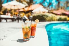 питье коктеиля mojito, селективный фокус и детали освежение алкогольного напитка на бассейне Стоковые Фотографии RF