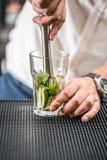 Питье коктеиля Mojito Стоковая Фотография RF