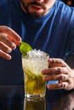 Питье коктеиля Mojito Стоковое Изображение RF