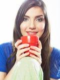 Питье кофе женщины красный цвет кружки Стоковое Фото