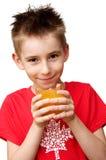 питье мальчика готовое к Стоковое Изображение RF