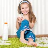 Питье маленькой девочки молоко Стоковые Изображения