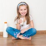 Питье маленькой девочки молоко Стоковое фото RF