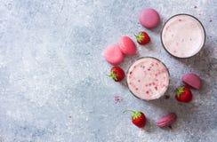 Питье молока и клубник холодное, свежие клубники и macaroo Стоковое Изображение