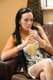 питье наслаждаясь детенышами женщины довольно Стоковые Фотографии RF