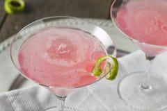 Питье домодельной розовой водочки космополитическое Стоковая Фотография RF