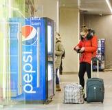 Питье приобретения девушки на торговом автомате колы Пепси Стоковые Фотографии RF