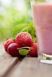 Питье плодоовощ клубники стоковые изображения rf