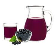Питье смородины в стекле и графинчике с смородинами ягод Стоковые Фотографии RF