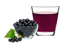 Питье смородины в стекле с смородинами ягод Стоковая Фотография