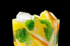Питье соды плодоовощ, изолированное на черноте Стоковые Фото