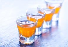 Питье спирта в стеклах Стоковая Фотография