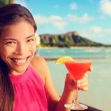 Питье спирта коктеиля женщины выпивая на баре пляжа Стоковые Изображения RF