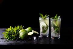 Питье спирта коктеиля традиционного лета Mojito освежая в стекле, напитке воды соды подготовки бара, соке лайма Стоковое Изображение RF