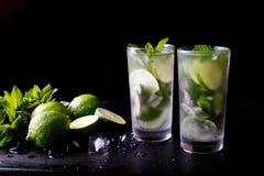 Питье спирта коктеиля традиционных летних каникулов Mojito освежая в стекле, напитке воды соды подготовки бара, известке Стоковое Фото