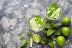 Питье спирта коктеиля highball Mojito традиционное кубинское, напиток каникул лета тропический с ромом, мятой пипермента Стоковая Фотография