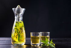 Питье спирта марихуаны в бутылке Стоковое фото RF