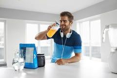 Питье спорт человека выпивая перед тренировкой Дополнения питания Стоковые Изображения